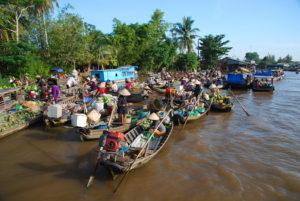 Travlhed ved et flydende marked i Mekong Deltaet
